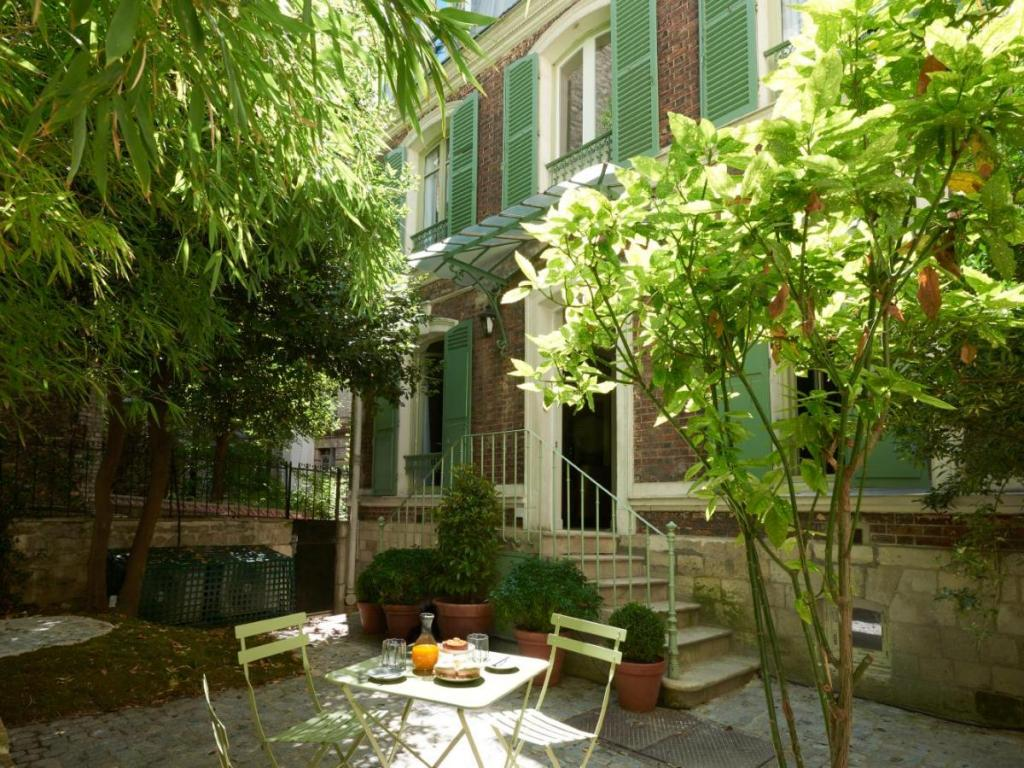 paris montmartre where to stay Maison Lepic Montmartre
