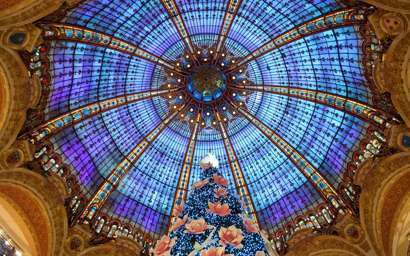 a complete guide on celebrating christmas in paris