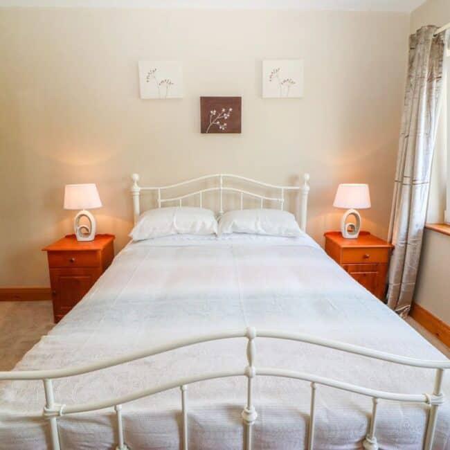 Best Airbnbs Killarney artigallivan bedroom