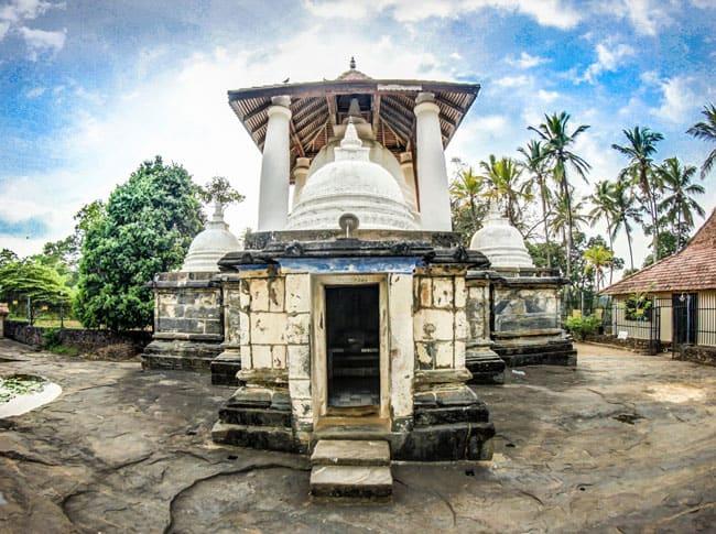 things to do kandy Gadaladeniya Temple