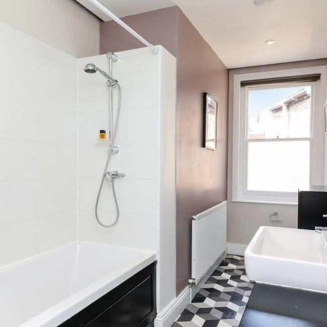 best airbnbs in Bournemouth hen house hot tub bathroom