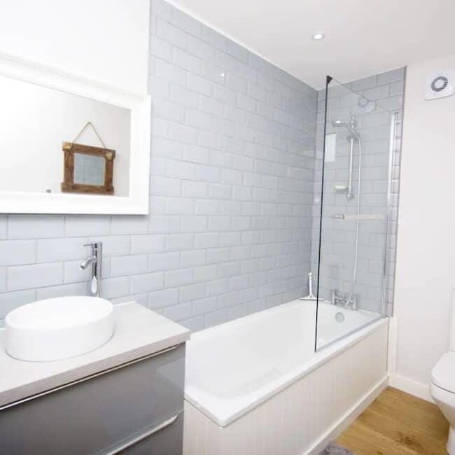 best airbnbs isle of wight lodge bathroom