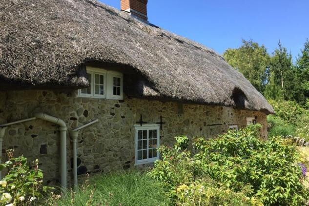 best airbnbs isle of wight thatched cottage outside