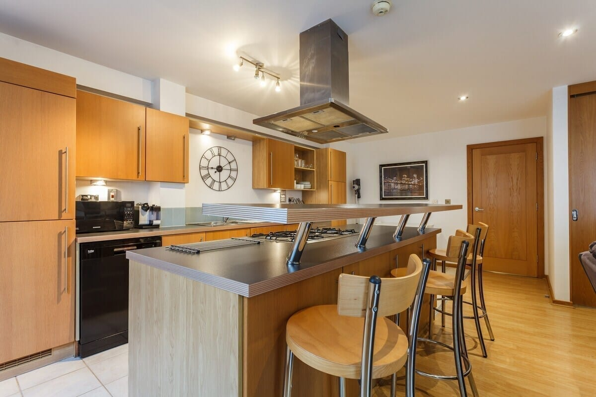 best-airbnbs-southampton-city-centre-apartment-with-parking-space-kitchen