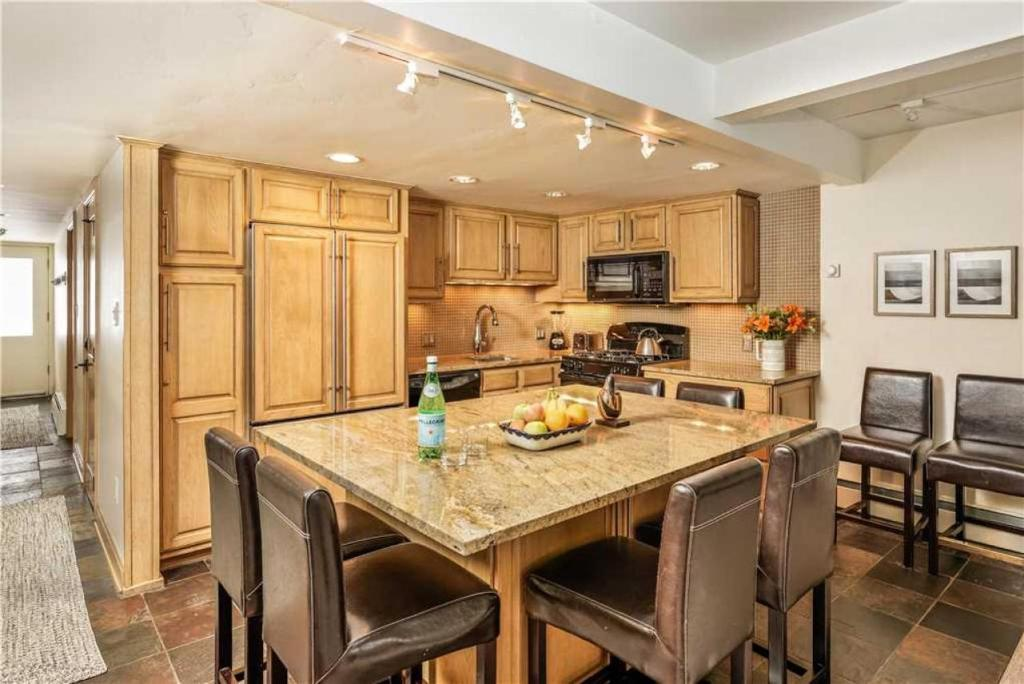 Luxury 2 bedroom Aspen holiday rental kitchen