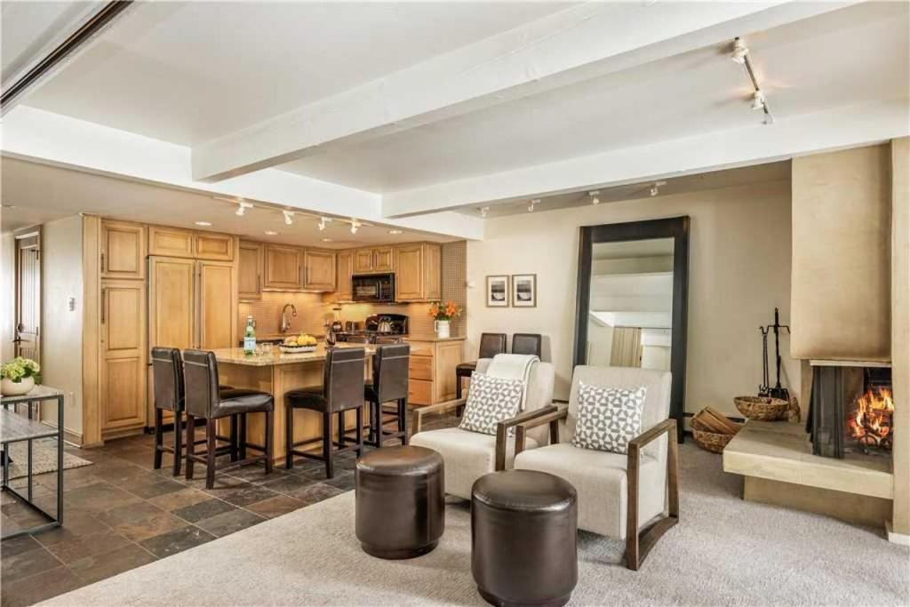 Luxury 2 bedroom Aspen holiday rental living room