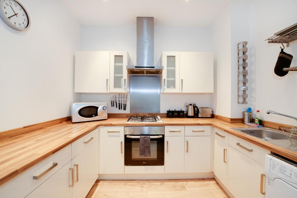 Portsmouth airbnb Large family flat close to the beach kitchen