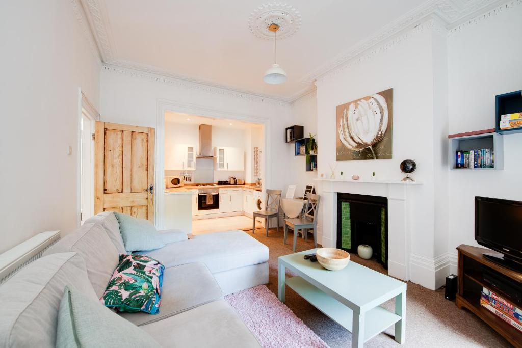 Portsmouth airbnb Large family flat close to the beach living room