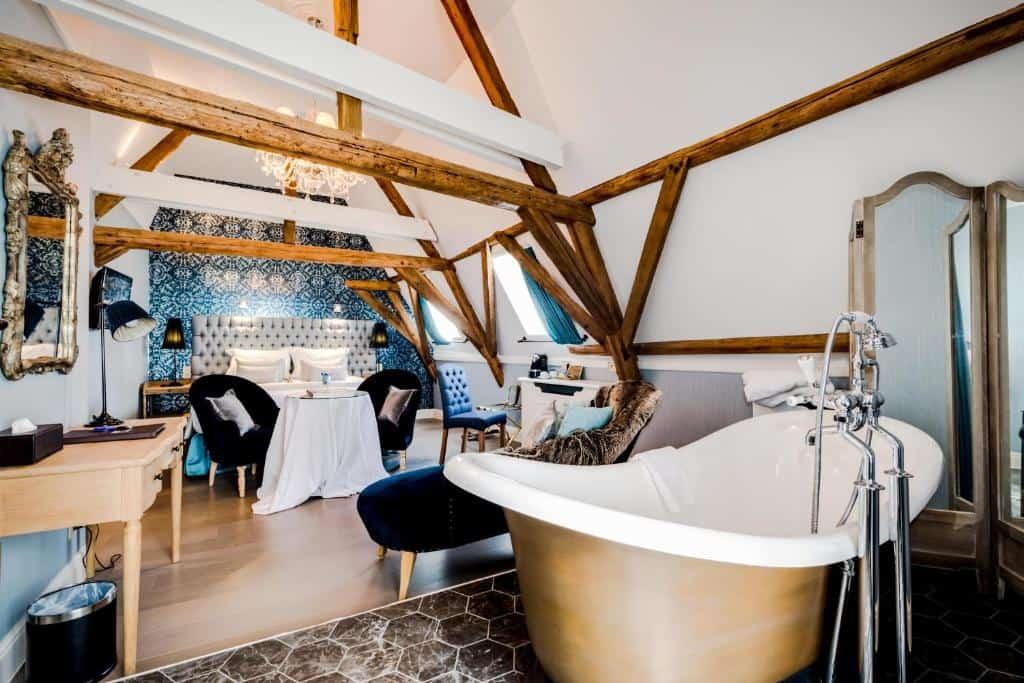 best hotels in Bruges Hotel De Castillion bathroom