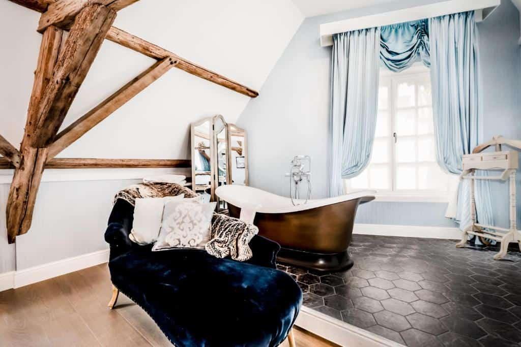 best hotels in Bruges Hotel De Castillion bed