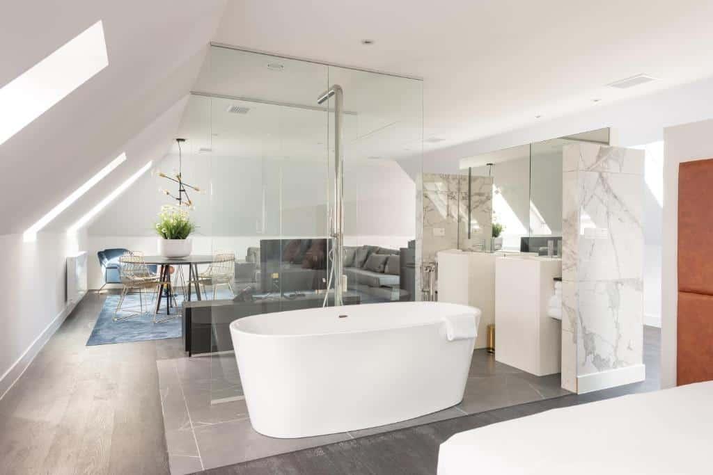 best hotels in Bruges Sablon bathroom