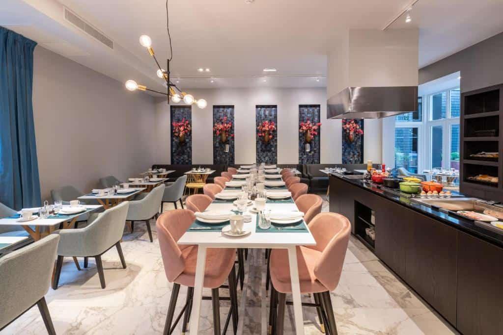 best hotels in Bruges Sablon table