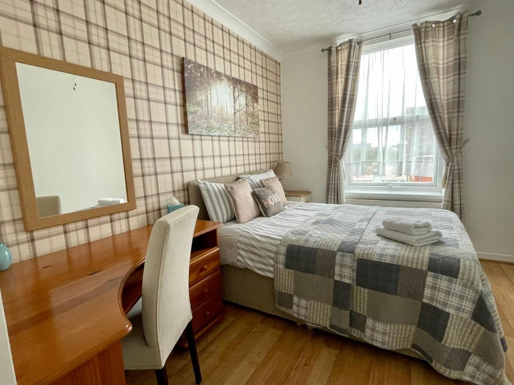 best portsmouth airbnb Little Connaught House bed