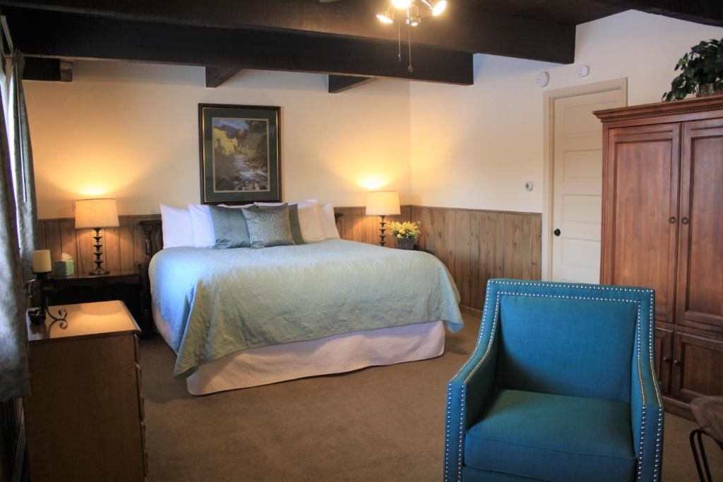 best Granby hotels hideaway mountain lodge bed