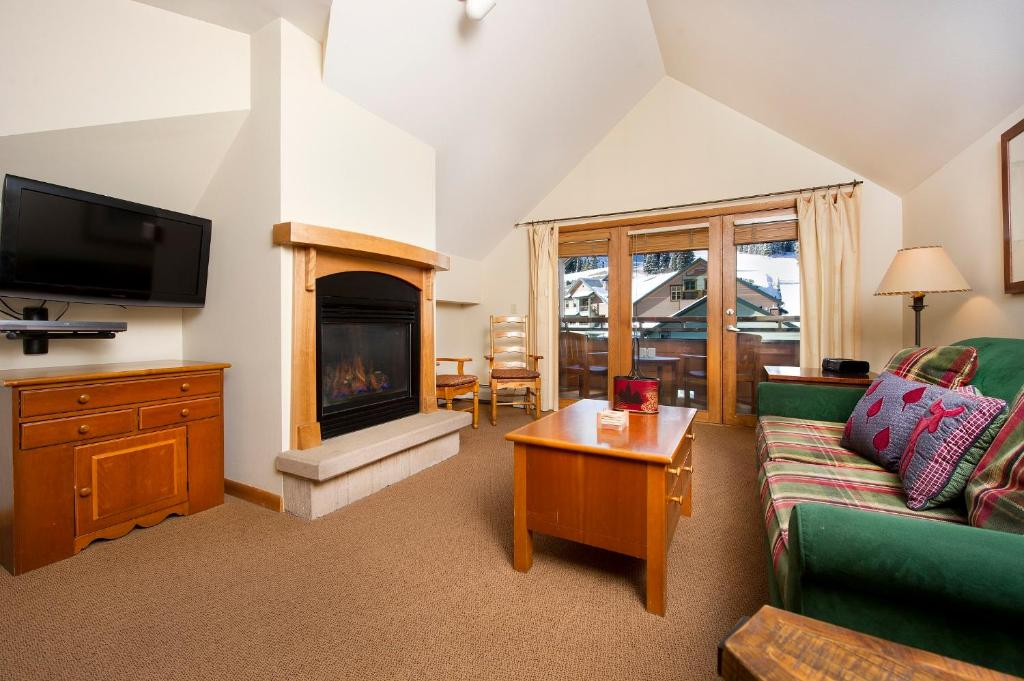 best Granby hotels zephyr mountain lodge living room